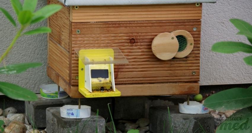 Dřevěný čmelín s ochrannou klapkou