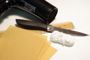 Co budeme potřebovat: mezistěnu, knot, nůž, fén