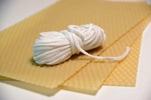 Mezistěna z včelího vosku a knot